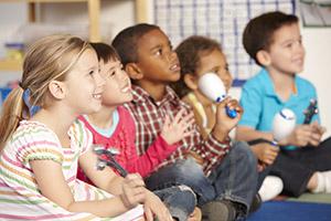 Gemeinsames Musizieren mit Flüchtlingskinder in Schule und Hort